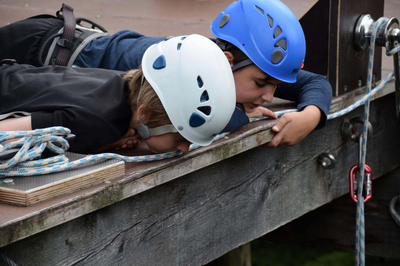 2 Jungen mit Helm im Kletterparcours © Fachdienst Jugendförderung der Universitätsstadt Marburg