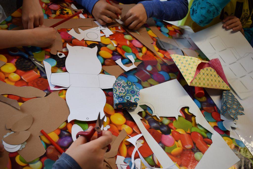 Kinder basteln mit Papier