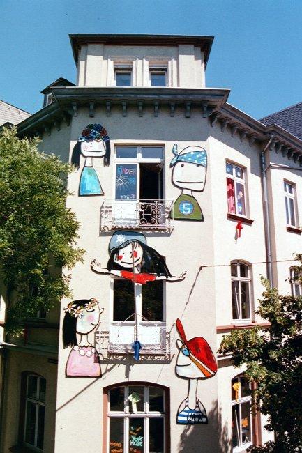 Haus der Jugend mit Figuren an Hauswand
