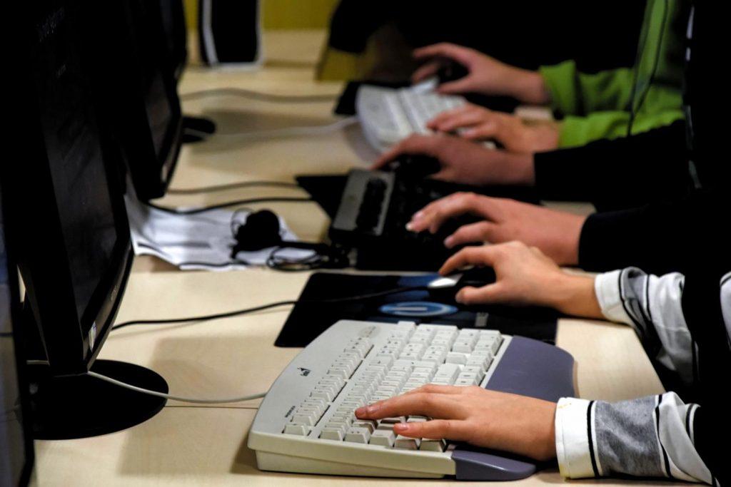 LAN-Party im Haus der Jugend - viele Hände an Tastaturen - © Fachdienst Jugendförderung der Universitätsstadt Marburg