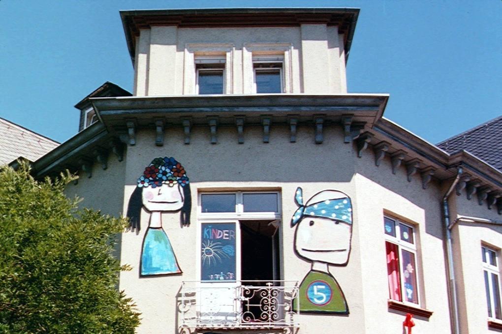 Haus der Jugend von Südwesten und nur mit den beiden Köpfen der oberen Etage
