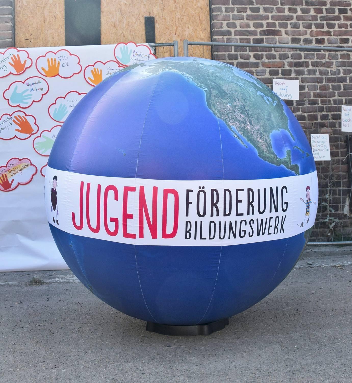 Riesenerdball mit dem Banner von Jugendförderung und Jugendbildungswerk