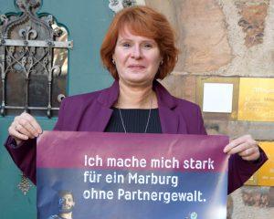 Dr. Christine Amend-Wegmann mit Plakat Marburg ohne Partnergewalt
