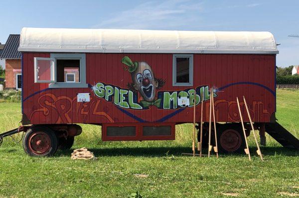 Ein ehemaliger Zirkuswagen dient als eines von mehreren Spielmobilen.