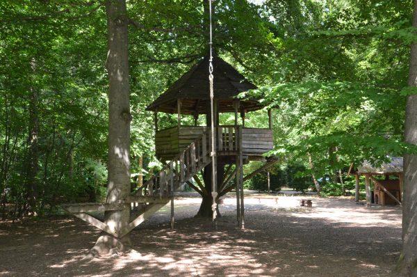 Baumhaus mit Treppe im Freizeitgelände Stadtwald