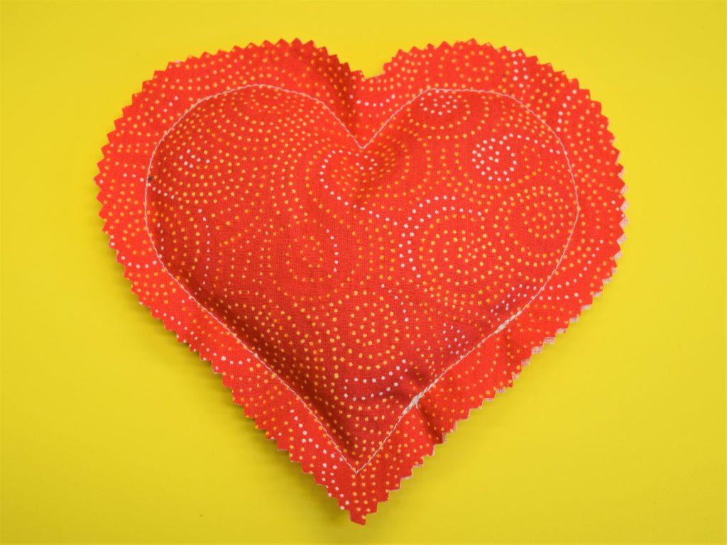 Ein rotes Herz aus Stoff