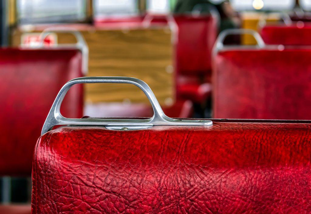 Rote Sitze im Bus