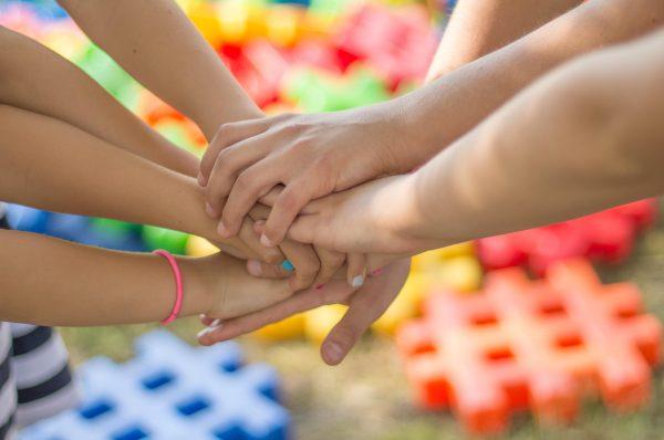 8 Hände übereinander