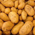 Alles voller ungeschälter Kartoffeln. Bild von Christos Giakkas auf Pixabay.