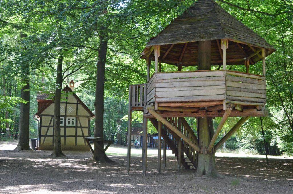 Freizeitgelände Stadtwald, Baumhaus und im Hintergrund das Haus Frielendorf.