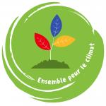 """Ein grüner runder Punkt, in der Mitte ein Berg, aus dem eine Pflanze mit 3 bunten Blättern wächst. Unten in weißer Schrift """"Ensemble pour le climat""""."""