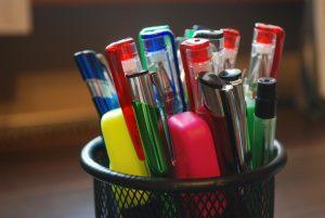 zahlreiche Kugelschreiber und Textmarker in einem Stifthalter
