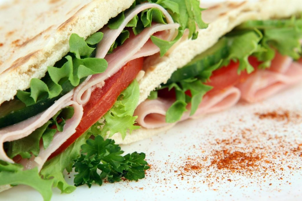 Sandwich mit Salat, Tomate und Schinken belegt