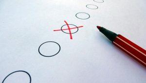 Ein Wahlreuz, Kreise und ein roter Stift.