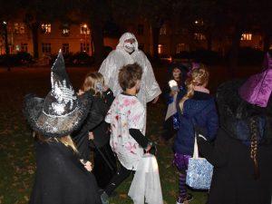 Kostümierte Kinder - erwachsener Geist, in der dunklen Nacht, huaaaaaaaah